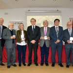 Profesores, gestores y PAS a los que se les entregó la medalla, junto al rector de la UCLM y al decano de la Facultad