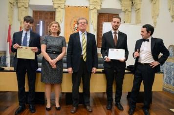 El rector, la decana, los dos ganadores y el profesor Carrasco, director del CESCO