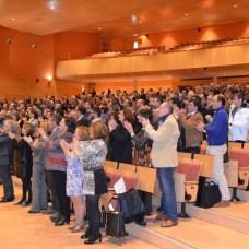 Los asistentes aplauden al homenajeado