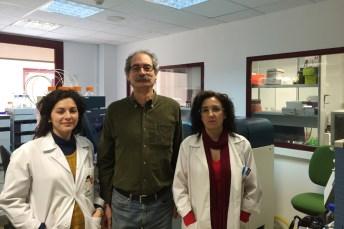 Miembros del grupo SaBio que han participado en el estudio. De izd. a dcha.: Nieves Ayllón, José de la Fuente y Margarita Villar