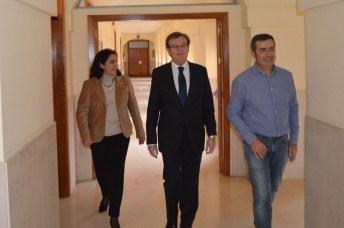 El rector electo (centro) a su llegado a la rueda de prensa