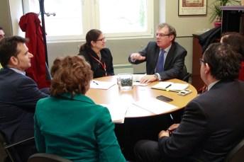 El rector de la UCLM intercambia opiniones con Emilia Puma, consejera para la Diplomacia Pública de la Embajada de Estados Unidos