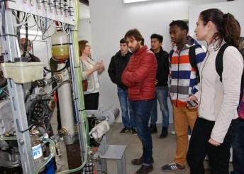 Estudiantes de Ingeniería Industrial en Toledo durante la visita a la planta piloto