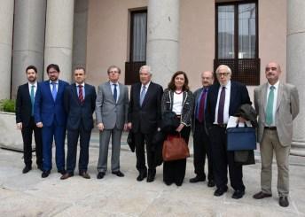 El rector y el expresidente del Tribunal Constitucional con organizadores y ponentes