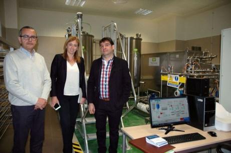 De izqda. a dcha: Antonio Molina, Ángela González y Guillermo Escobar, junto a la planta piloto