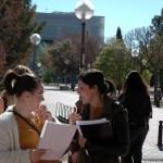 Alumnas en el Campus de Albacete tras la primera de los exámenes