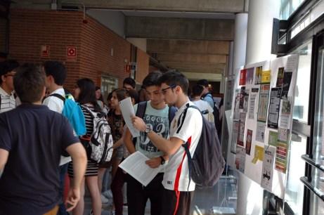 Alumnos comentan el primero de los exámenes en el Campus de Albacete
