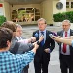 El rector, flanqueado por el consejero de Educación y el decano, atiende a los medios
