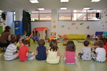 Las monitoras explican una actividad a un grupo de alumnos de la escuela de verano del Campus de Ciudad Real.