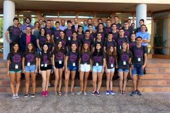 Foto de familia de los últimos treinta alumnos y parte del equipo docente y académico