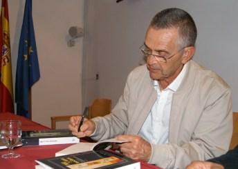 Salvador Peña firma ejemplares de Mil y una noches
