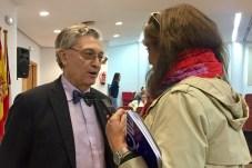 Ángel Viñas atiende a una periodista