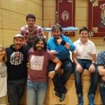 Algunos de los concursantes del certamen junto a Agustín Durán (segundo izquierda) y JJ Vaquero (tercero por la izquierda, en pie).