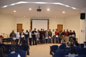 Los participantes posan con su diploma