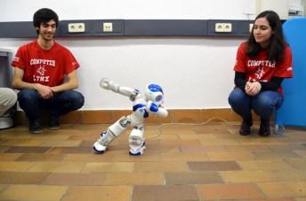Robot de la ESI TechLab que enseña taichí, en plena demostración