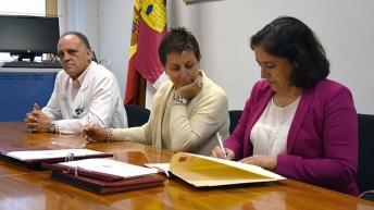 Responsables del título en la firma del convenio para su puesta en marcha