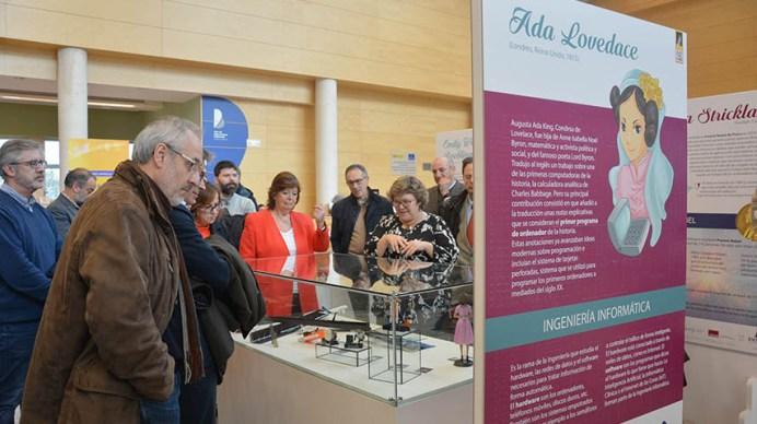 La exposición está formada por paneles de referentes femeninos y expositores con objetos o materiales relacionados con el hecho inventor. © Gabinete de Comunicación UCLM