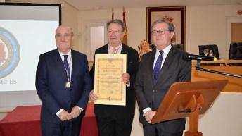 El profesor de la Universidad Autónoma de México, Fernando Serrano Migallón, ha recibido la medalla de la institución © Gabinete de Comunicación UCLM
