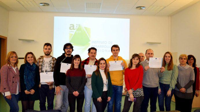 Los alumnos recogen sus diplomas © Gabinete de Comunicación UCLM