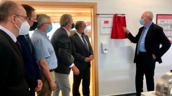 El profesor Elguero descubre la placa del aula en su honor © Gabinete de Comunicación UCLM