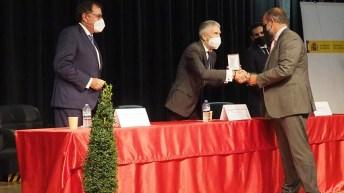 El rector, Julián Garde, recoge la Medalla de Oro al Mérito Social Penitenciario concedida a la UCLM. © Instituciones Penitenciarias