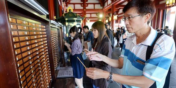 Kegiatan Asap Berkah di Kuil Asakusa