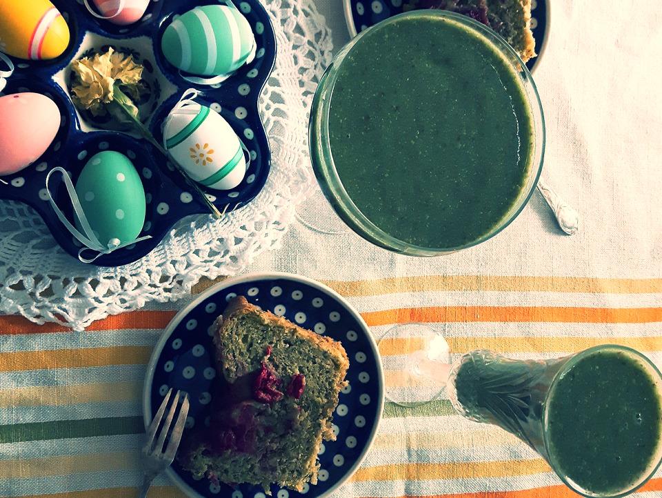 Zielone ciasto ze szpinakiem, olejem rzepakowym i wiśniami