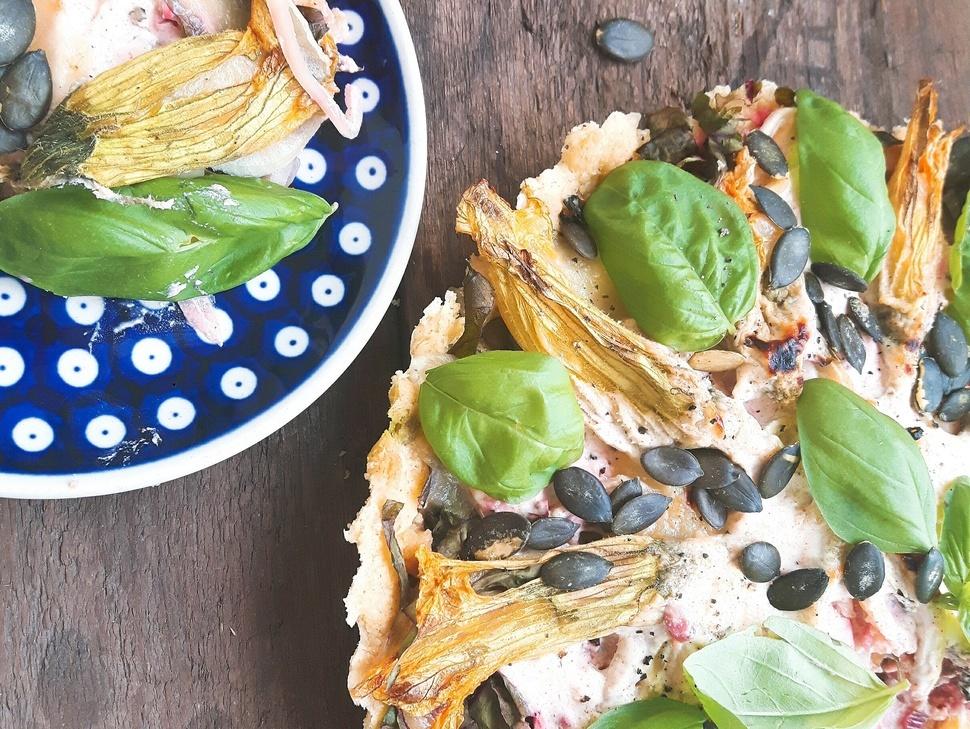 Tarta z boćwiną, mozzarellą i kwiatami cukinii