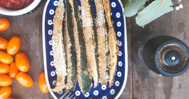 Młode cukinie panierowane z marchewkowym tzatziki i sosem pomidorowym