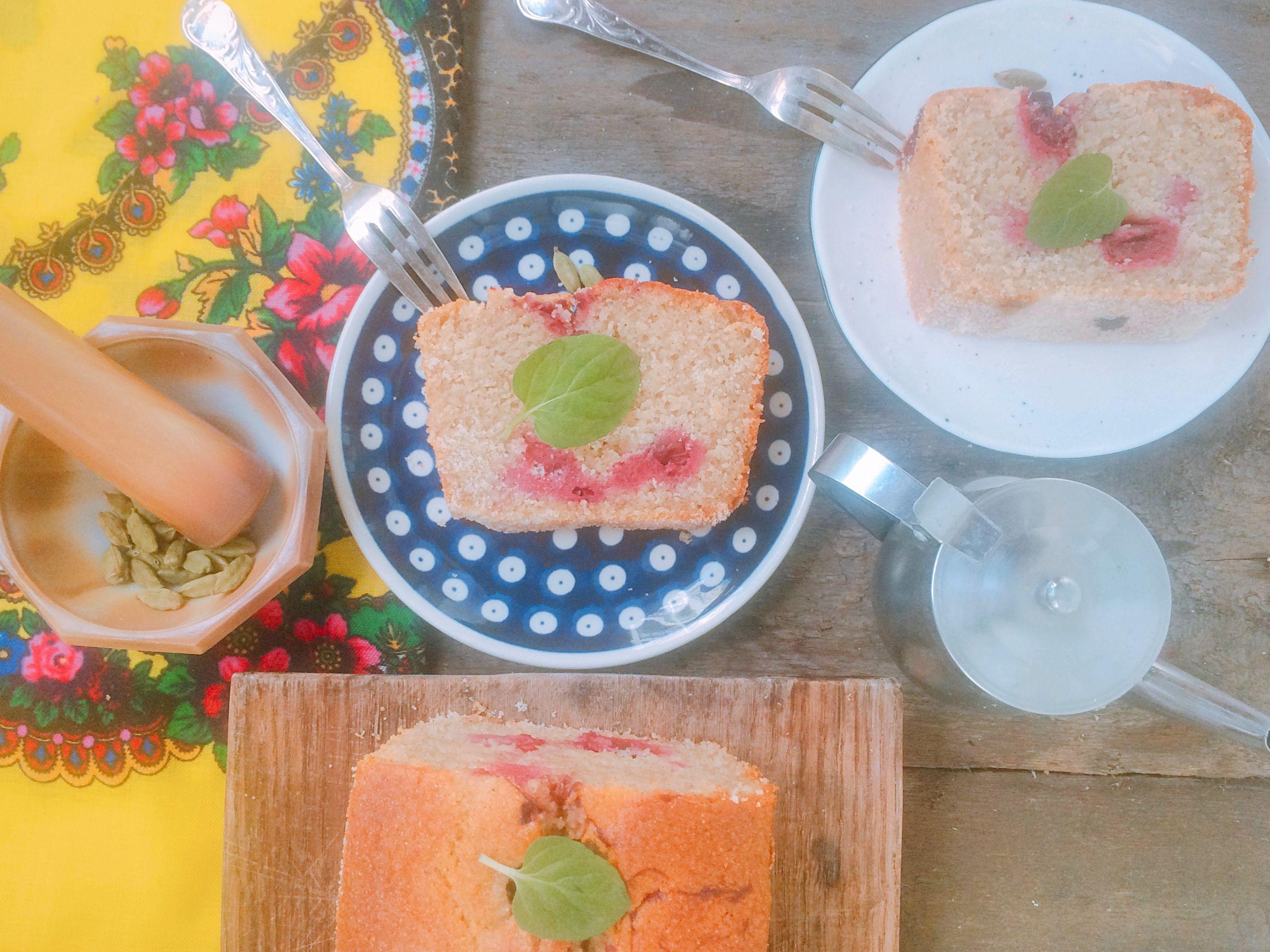 Ciasto z kaszy manny z wiśniami i kardamonem