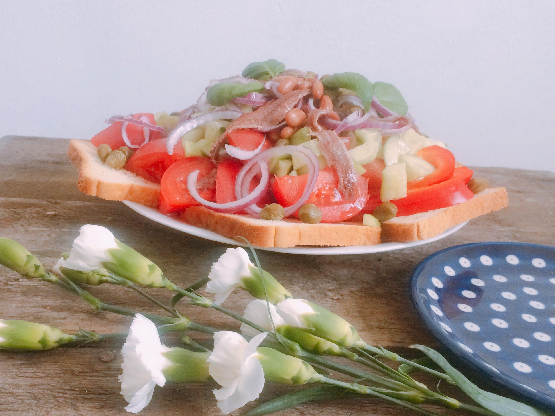 Panzanella – wersja zimowa sałatki z pomidorów i sucharków