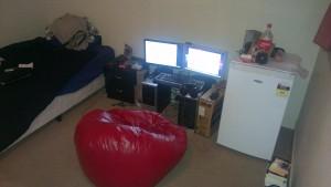 Da ich noch keinen Schreibtisch habe, gibt es im Moment nur eine PC-Ecke!