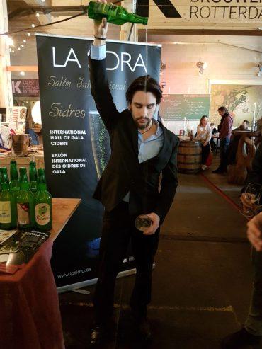 De traditionele wijze om cider in te schenken