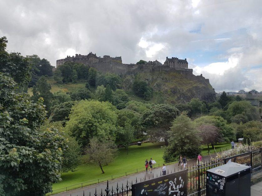 Als je straat oversteekt vanaf de distilleerderij, sta je onderaan de heuvel waar Edinburgh Castle op gebouwd is.