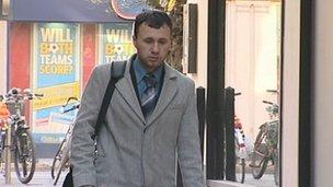 <!--:sq-->Shqiptari akuzon ish-kolegët e tij anglez për racizëm<!--:-->