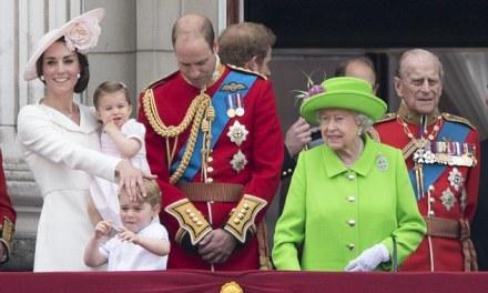 Mbretëresha urdhëron princin Uilliam-in që të ngrihet në këmbë (Video)