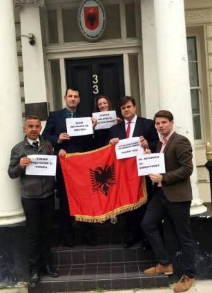 Kastriot Berberi dhe Zoti Dritan Dema bashkë me disa nga protestuesit e tjerë