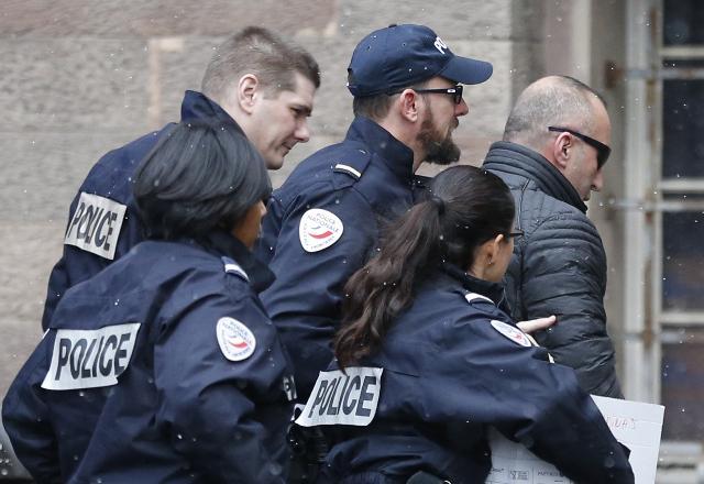 Haradinaj duke u percjellur nga policia gjate rruges per ne gjyq, France