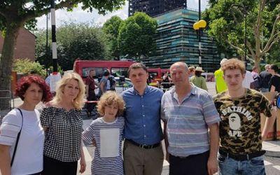 Ambasadori i Kosovës vizitoi dje familjen shqiptare, e cila mbijetoi zjarrin në Grenfell Tower të Londrës