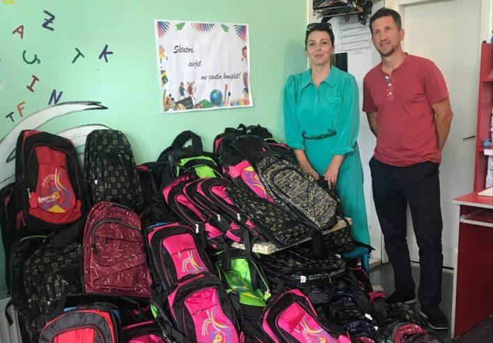 """Edita Dula e shoqates """"Nëna dhe Fëmijë të Lumtur"""" dhe Basri Metolli i """"Basketistave"""" me çantat e dhuruara, Prishtinë."""