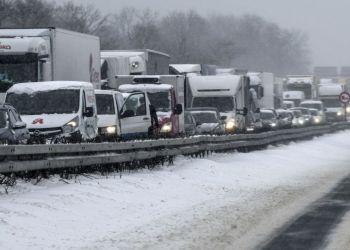 اطرق مغلقة وحوادث الجماعية واختناقات مرورية شديدة في اوكرانيا بسبب سوء الاحوال الجوية