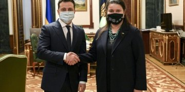 رئيس أوكرانيا فولوديمير زيلينسكي وسفيرة أوكرانيا لدى الولايات المتحدة أوكسانا ماركاروفا