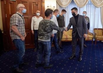 زيلينسكي يلتقي بحارة السفينة الذي إطلاق سراحهم من اسر القراصنة (صورة)