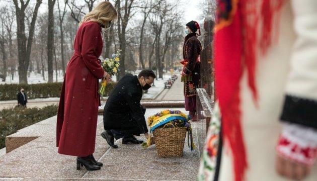 زيلنيسكي والسيدة الاولى يكرمان ذكرى تاراس شيفتشينكو