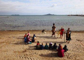 بدأت المدرسة الإسبانية بتعليم الدروس على الشاطئ