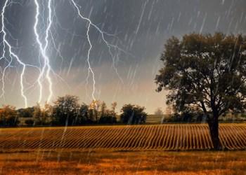 العواصف الصيفية تضرب في اوكرانيا ودرجة الحرارة تصل الى 33 درجة