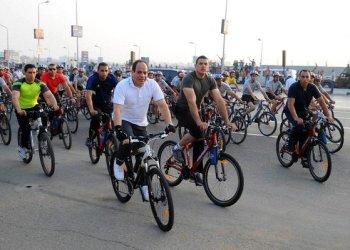 الرئيس المصري يلفت انضار الجمهور أثناء تجوله بالدراجة الهوائية