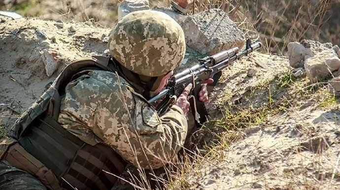 روسيا تخرق وقف إطلاق النار مرتين وتصيب جنديين أوكرانيين