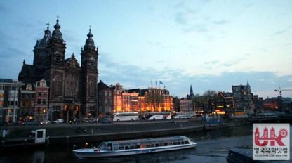 암스테르담 중앙역 앞에 있는 유람선 - 종류에 따라 1시간짜리 핵심 유람코스에서부터 식사가 제공되는 5시간 코스까지 다양합니다.