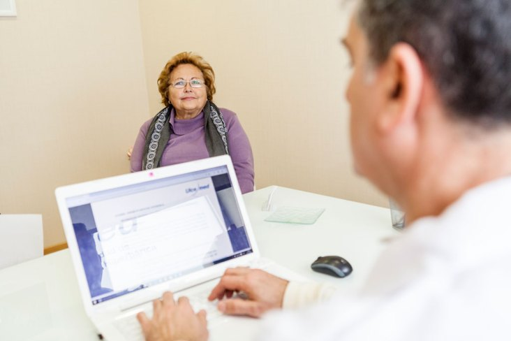 Médico explicando efectos de la oxigenación hiperbárica en la fibromialgia